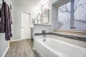 Fairfax bathroom tubwithtowels 300x200 - Fairfax-bathroom_tubwithtowels